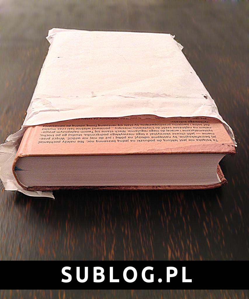 wysunięta ksiązka podręcznik startupu