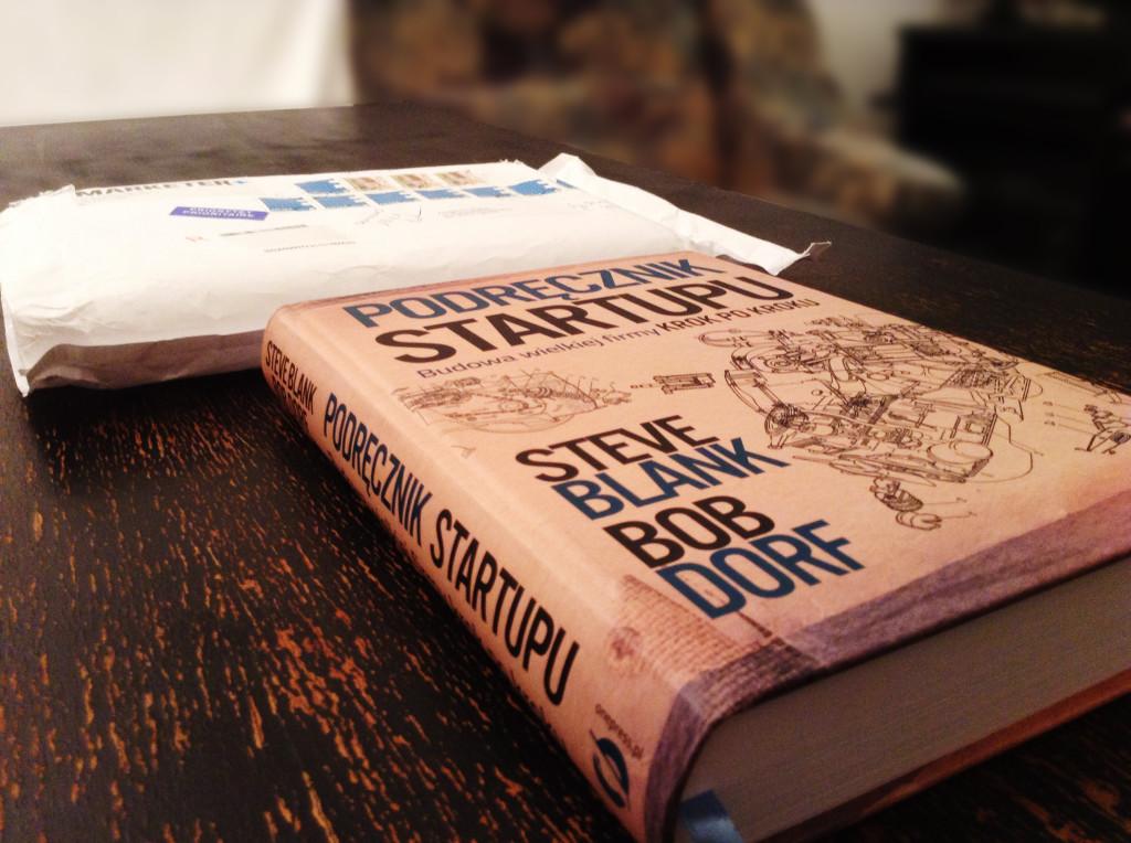 wyjęta książka podręcznik startupu