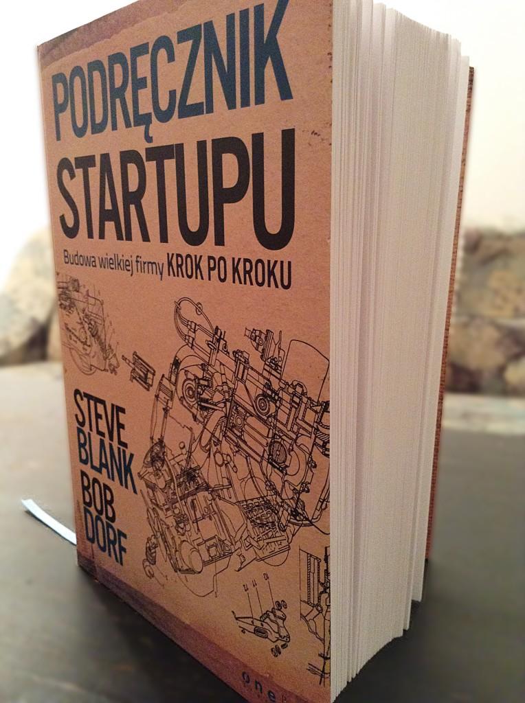 stojąca książka podręcznik startupu
